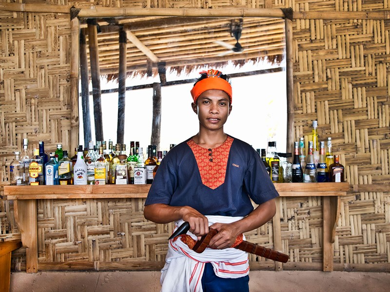 Sirotez des délicieuses boissons au bar du Nihi Sumba