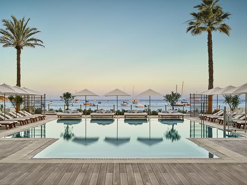 La piscine du Nobu Hotel situé sur les rives de la baie de Talamanca