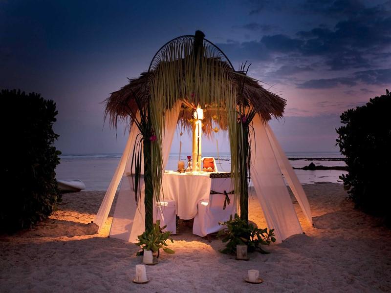 Dîner romantique les pieds dans le sable