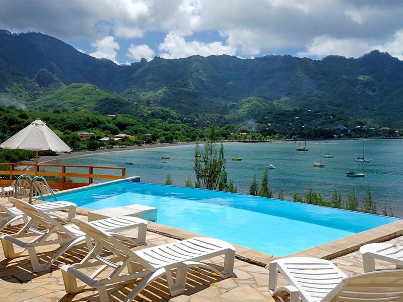 Vue de la piscine du Keikahanui Pearl Lodge Nuku Hiva situé sur les Iles Marquises
