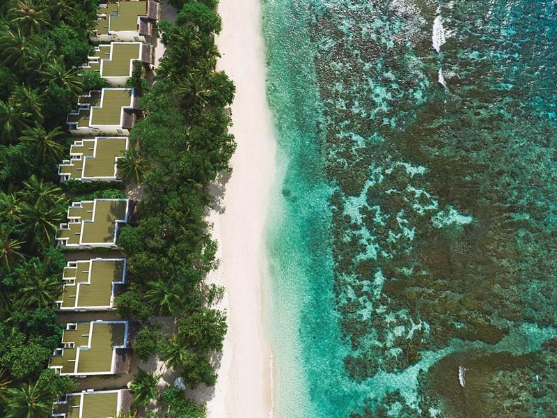 Des villas posées au bord de l'océan