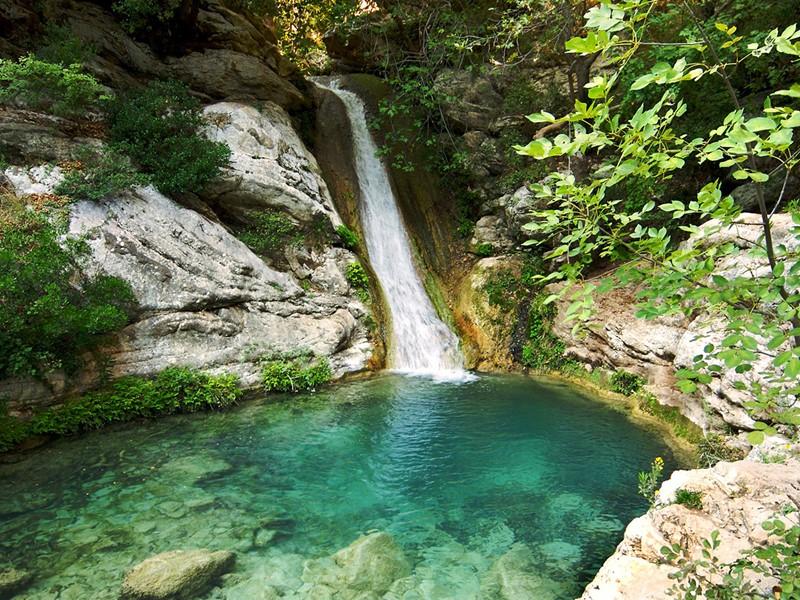 Cascade de Polylimnio près de Costa Navarino