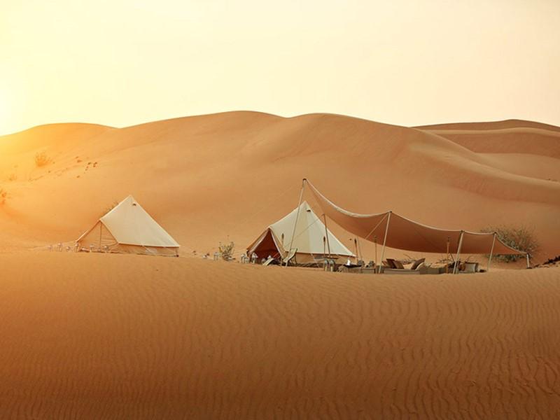 Rejoignez un superbe camp traditionnel en plein désert