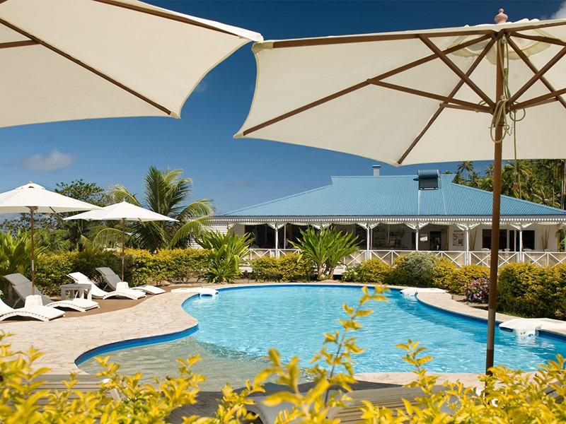 Vue de la piscine de l'Opoa Beach Hotel
