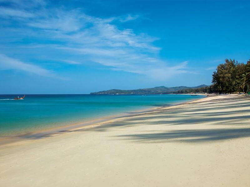 La superbe plage de l'Outrigger Laguna Phuket Beach Resort