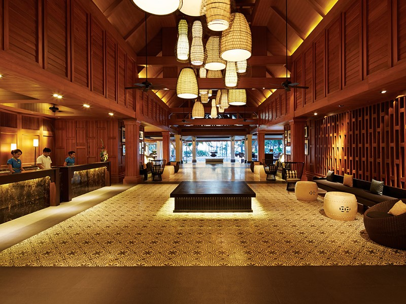 Le lobby de l'hôtel Outrigger Laguna Beach en Thaïlande