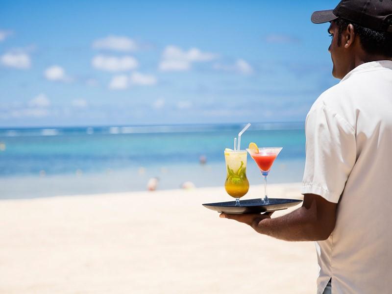Sirotez de délicieux cocktails sur la plage