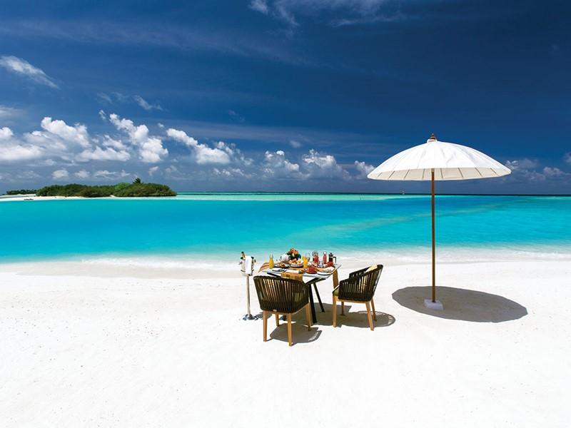 Petit déjeuner les pieds dans le sable