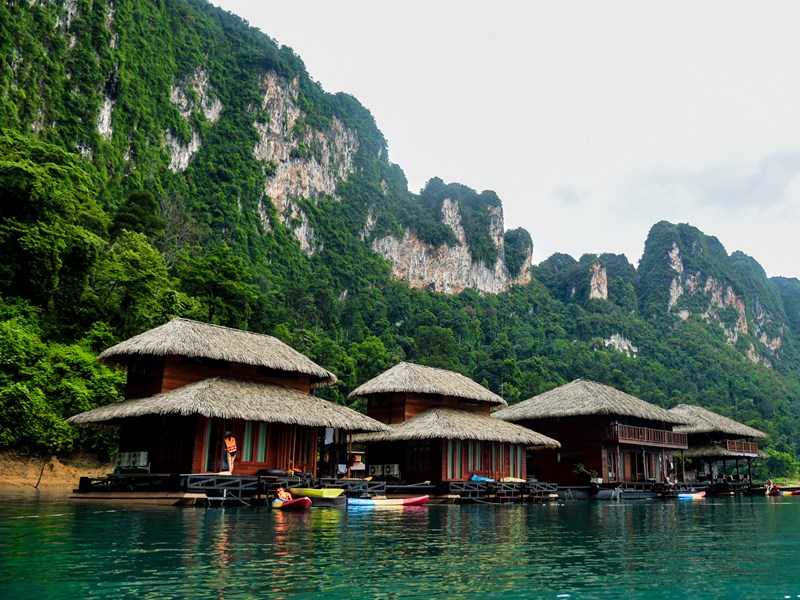 Les charmantes chambres et suites posées sur le lac