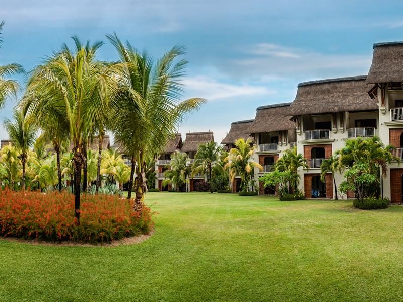 Vue des Tropical Rooms, nichées dans un jardin verdoyant