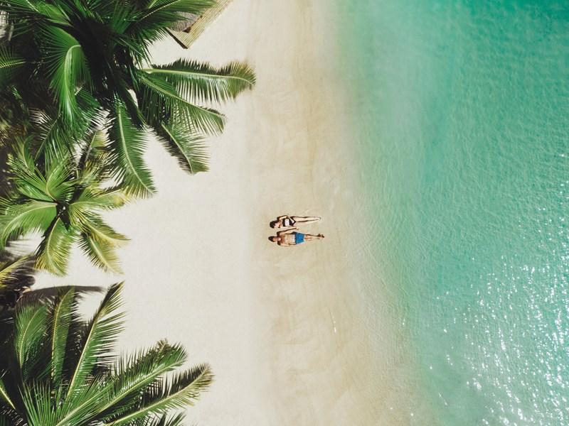 Passez du bon temps à la plage, entre eau turquoise et sable fin