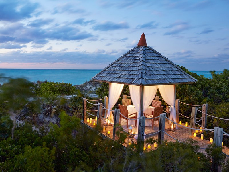 Profitez d'un repas dans la cabane de Tiki au Parrot Cay & Como Shambala