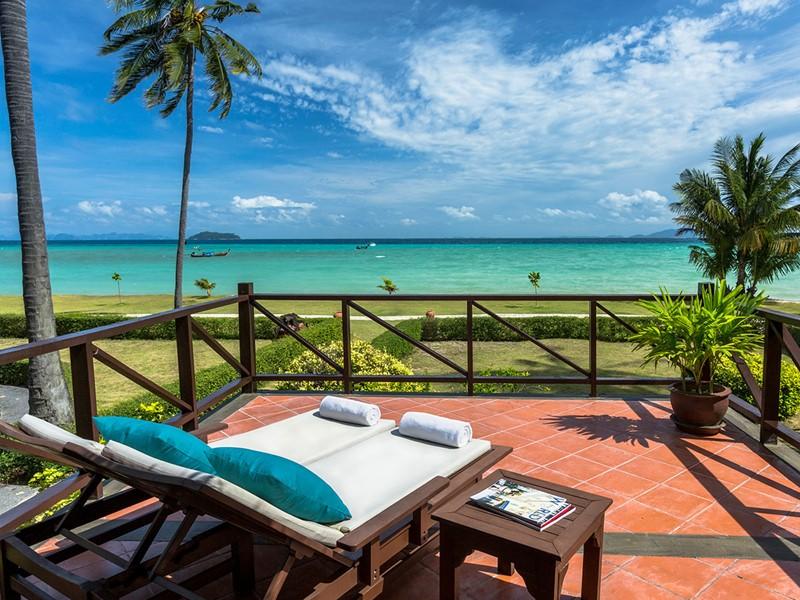 Vue sur la mer d'Andaman depuis le balcon d'un bungalow