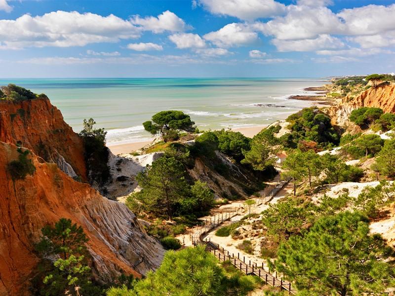 Accedez à la magnifique plage d'Albufeira depuis le Pine Cliffs Hotel