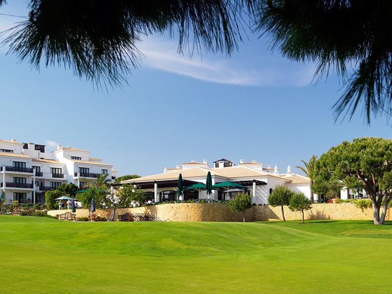 Les suites donnent sur le superbe parcours de golf