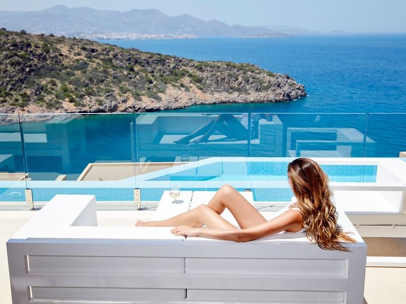 Profitez de votre piscine privée face à la baie