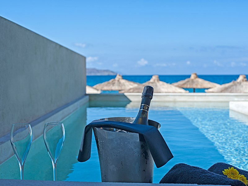 Une piscine privée pour des vacances de rêve en Grèce.