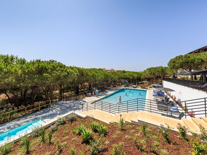 Profitez de la sublime piscine de l'hôtel Praia Verde