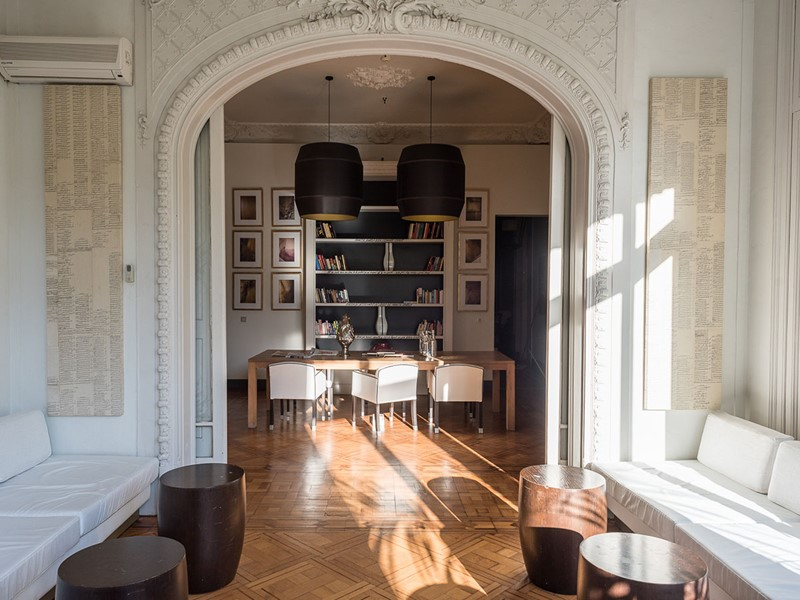La bibliothèque de l'hôtel Praktik Rambla en Espagne
