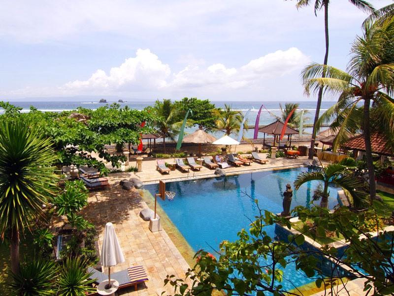 Vue en hauteur de la piscine de l'hôtel
