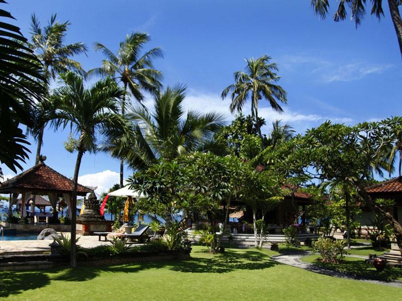 Les jardins verdoyants de l'hôtel