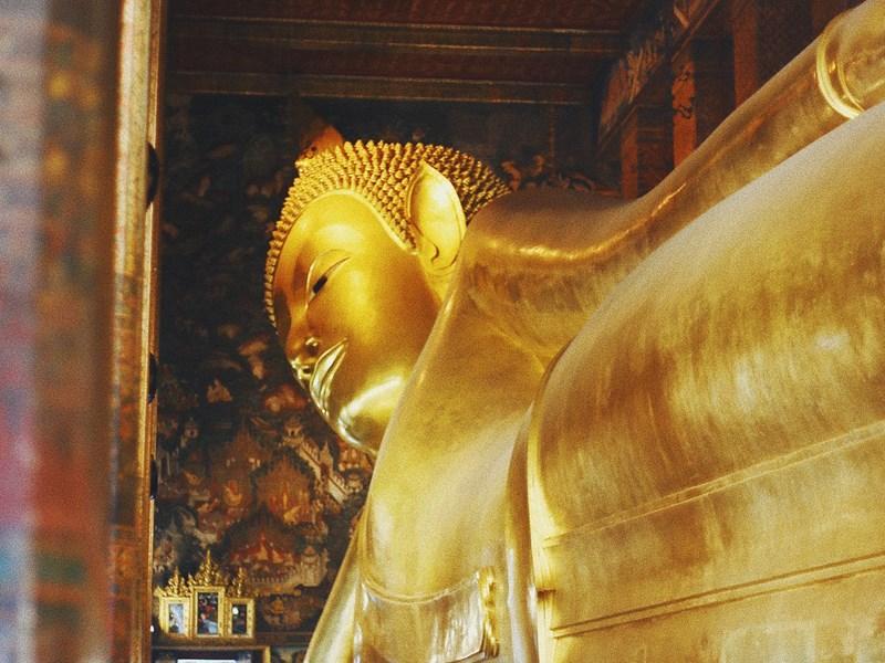 Admirez la célèbre statue du Bouddha couché
