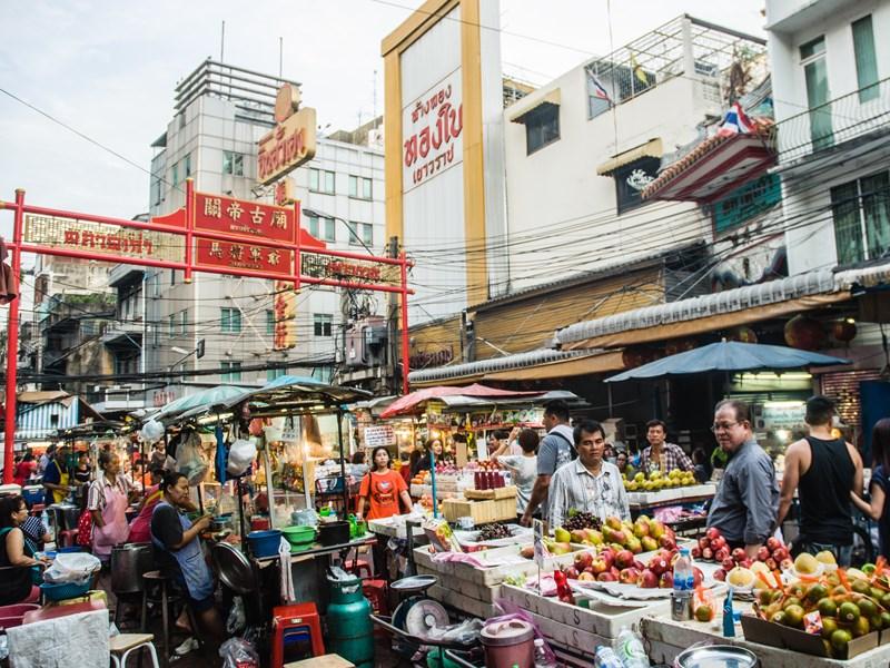 A Chinatown, arpentez les rues où des flammes jaillissent de fourneaux