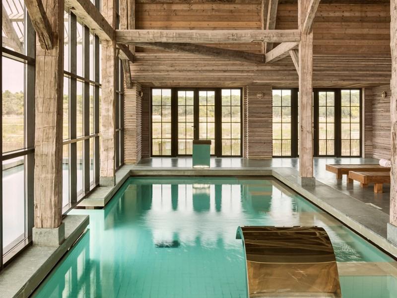 La piscine intérieure du spa chauffée