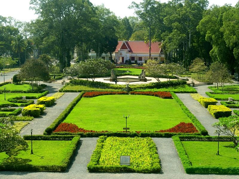 Le jardin de l'hôtel Raffles Grand Hotel d'Angkor au Cambodge