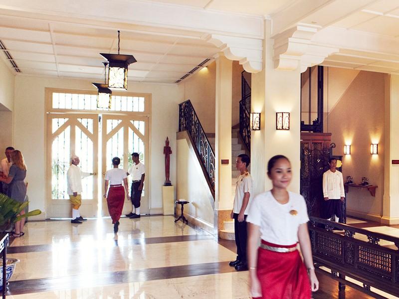 Le lobby de l'hôtel Raffles Grand Hotel d'Angkor au Cambodge
