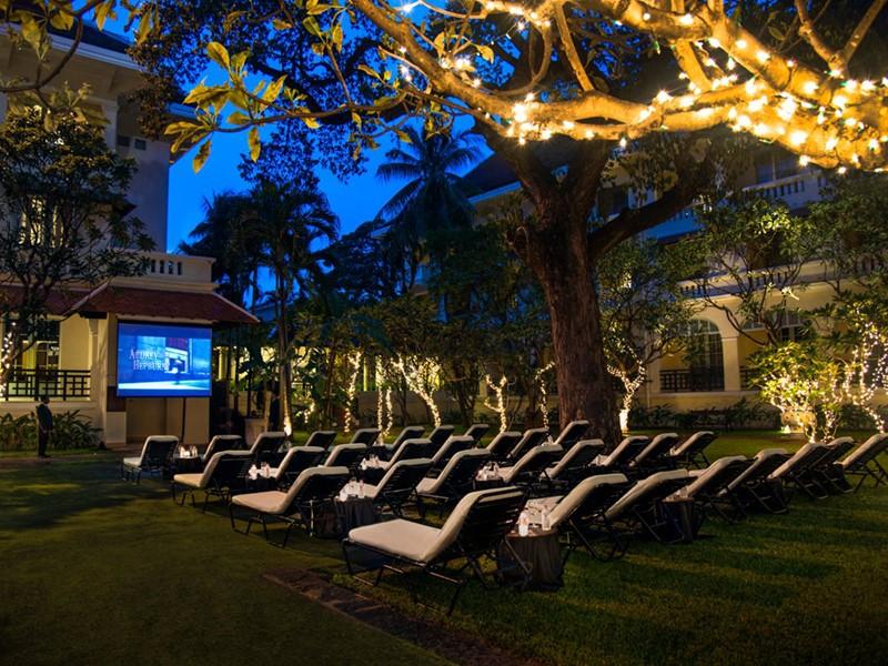 Séance de cinéma en plein air au Raffles Hotel Le Royal
