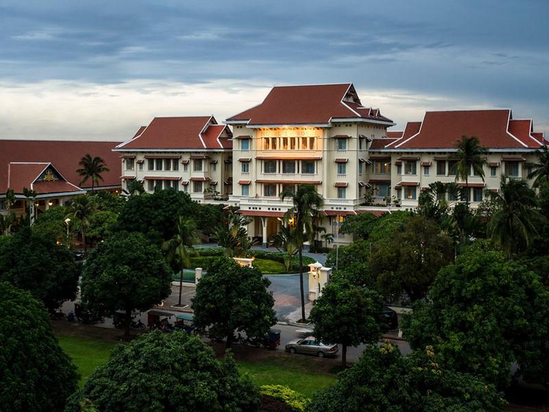 La façade du Raffles, un hôtel mythique au charme colonial