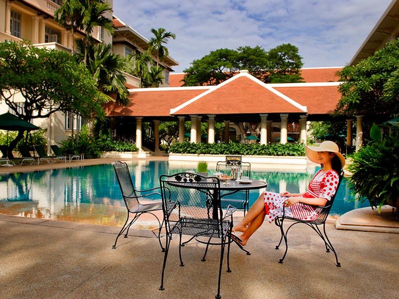 Détente au bord de la piscine du Raffles Hotel Le Royal