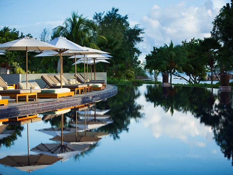Détendez vous au bord de la superbe piscine du Raffles Praslin