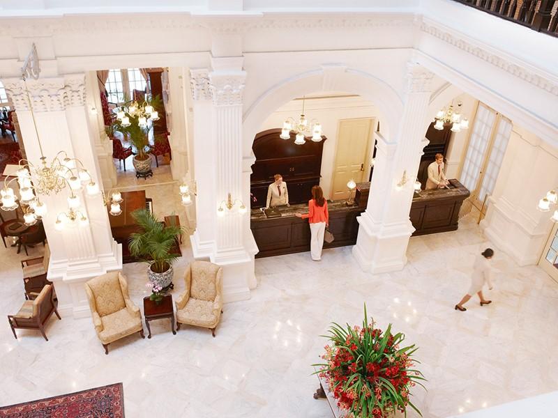 Le lobby de l'hôtel Raffles Singapore