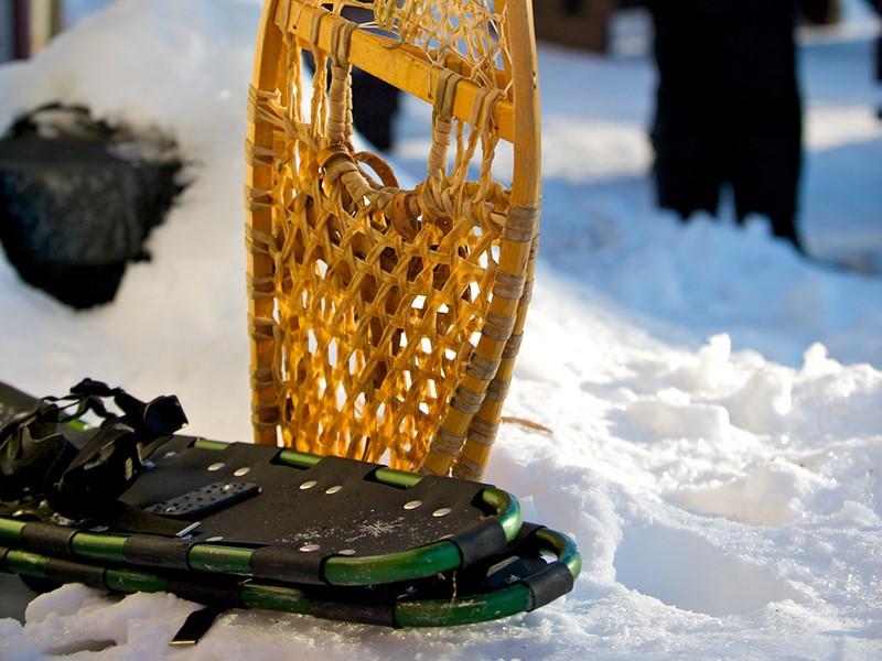 Enfilez les raquettes Pour une randonnée en pleine neige