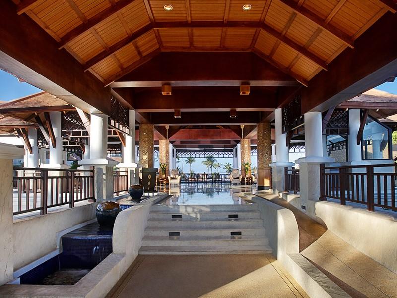 Le lobby de l'hôtel Rawi Warin Resort & Spa en Thailande