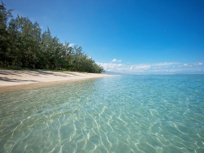 La plage du LUX* Saint Gilles vous invite au repos et à l'évasion dans un havre de paix et de détente