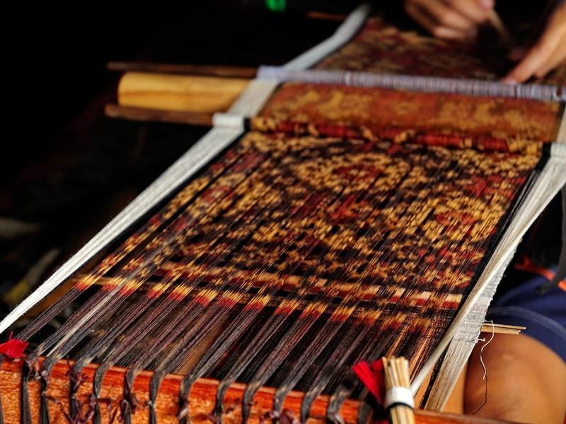 La fabrication des ikats, des tissages sacrés protégeant de la magie noir à Tenganan