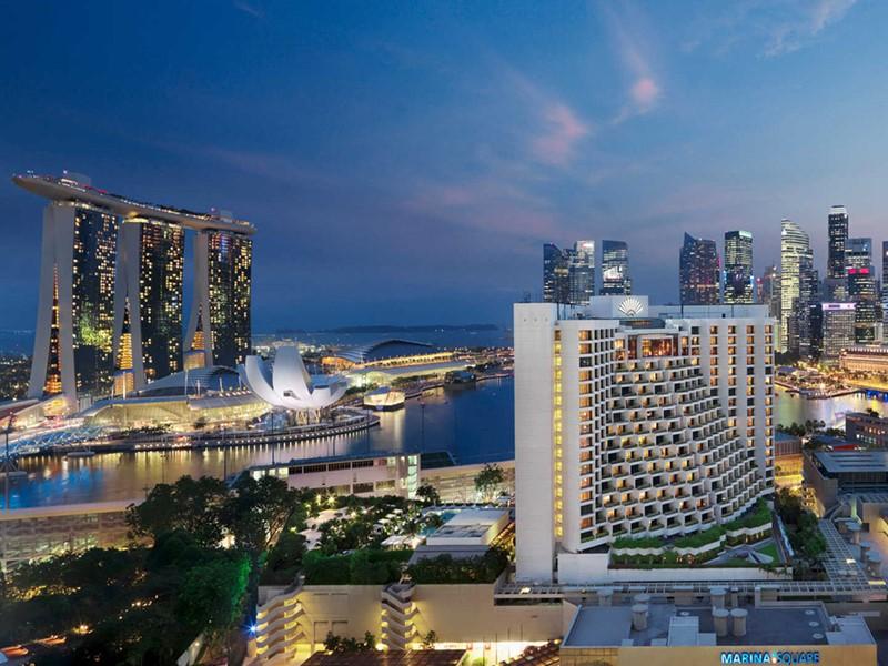 Mandarin Oriental Singapour, sa façade de nuit en plein c?ur de la ville
