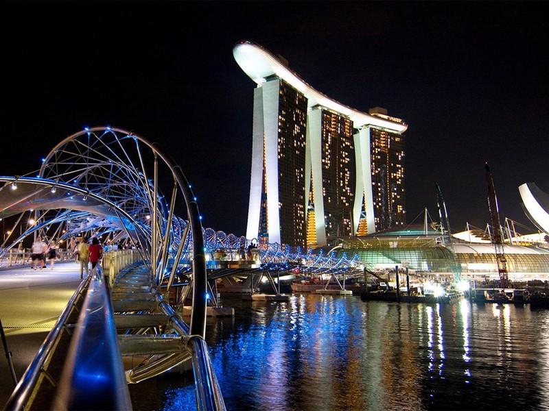 Vue générale de Singapour et de ses nombreux bâtiments éclairés