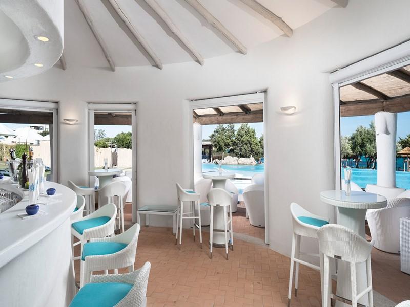 Le bar de la piscine de l'hôtel Romazzino