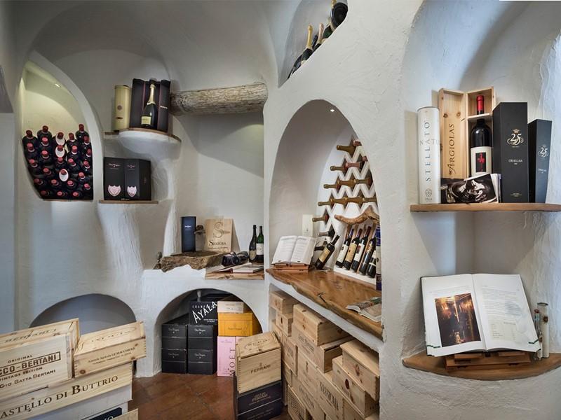 La cave à vin de l'hôtel Romazzino en Italie