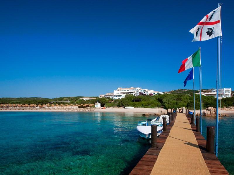 Le ponton de l'hôtel de luxe Romazzino