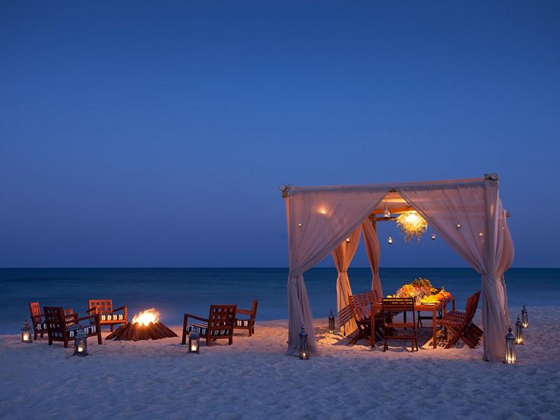 Dîner les pieds dans le sable à l'hôtel Rosewood Mayakoba