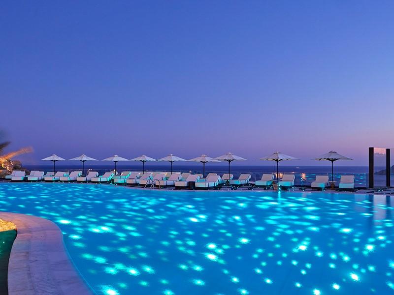 Profitez de la superbe piscine du Royal Myconian