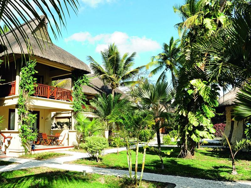 Le magnifique jardin verdoyant de l'hôtel Le Sakoa