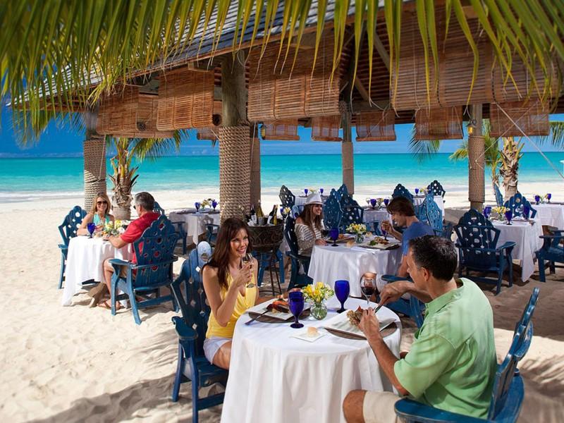 Le restaurant Barefoot By The Sea de l'hôtel Sandals Resort