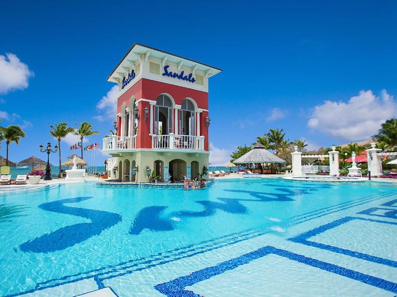 La piscine du Sandals Grande St. Lucian aux Antilles