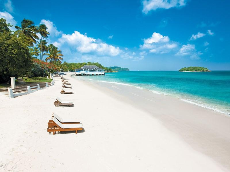 La superbe plage de l'hôtel Sandals Halcyon Beach